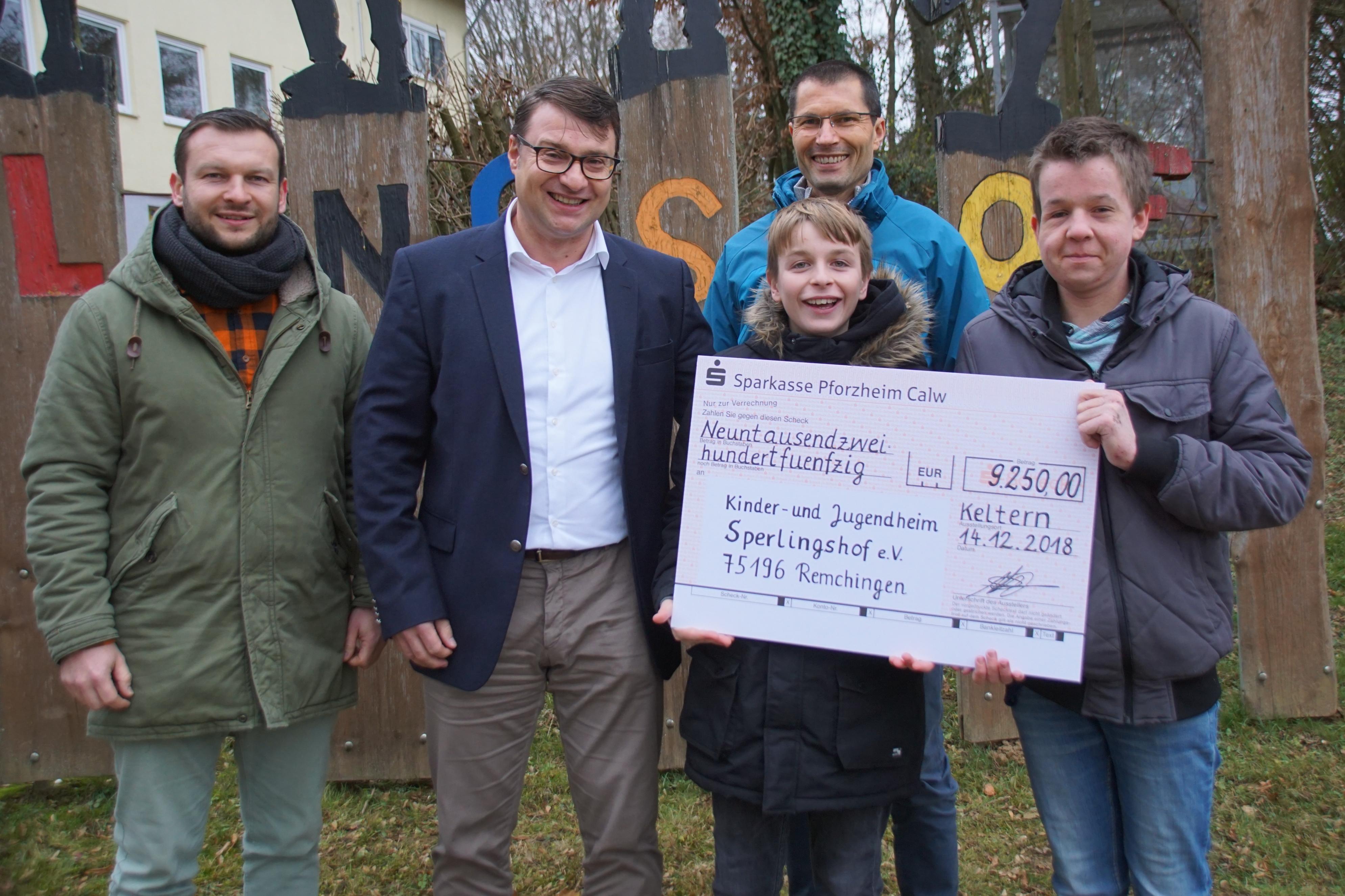 Spendenübergabe mit (v.l.) Jochen Essig, Markus Kurtz, Raimund Schmidt und zwei Jungs des Sperlingshofs.